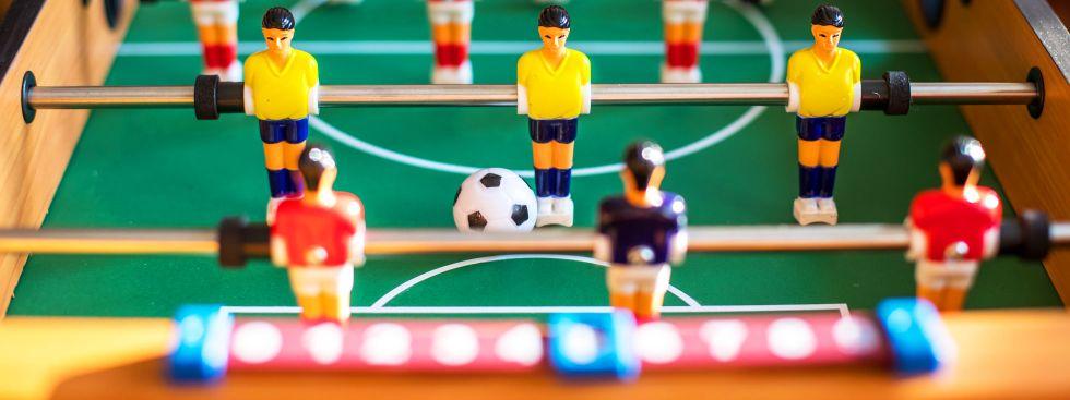 Kickertisch mit Figuren und Ball