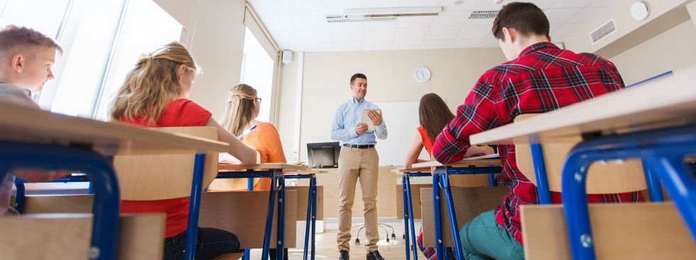 Schüler schreiben Prüfung in Klassenzimmer