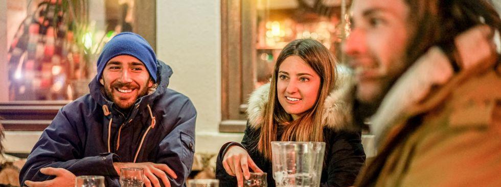 Junge Leute vor Bar