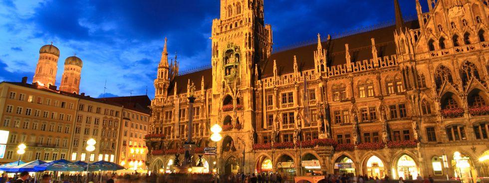 Der Marienplatz mit Rathaus bei Nacht