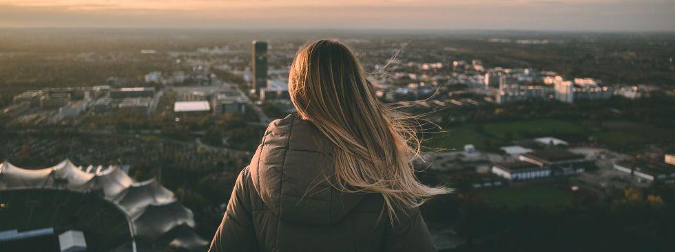 Frau blickt vom Olympiaturm