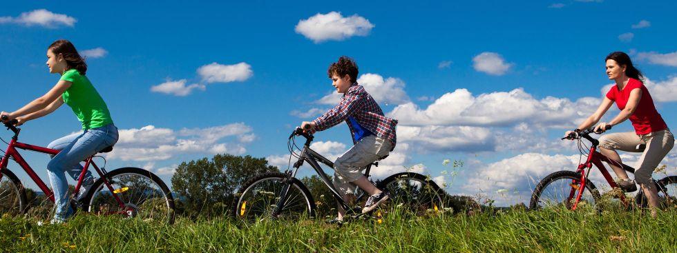 Mutter und Kinder beim Fahrradfahren