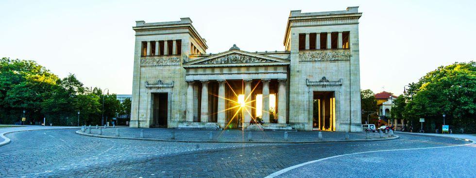 Die Propyläen am Königsplatz im Sommer