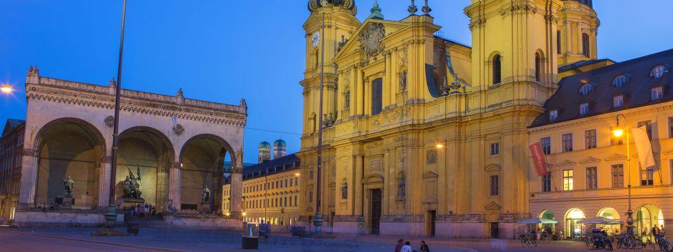 Theatinerkirche am Odeonsplatz bei Nacht