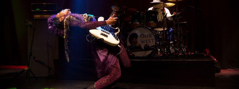 Die Bassistin Nik West