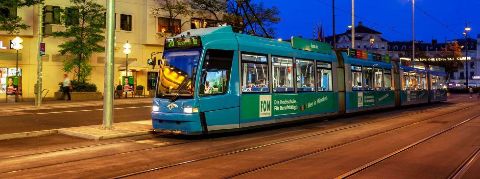 Tram 20 fährt am Abend nahe des Stachus