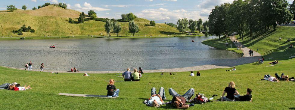 Münchner entspannen am Olympiasee