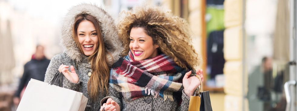 Zwei Frauen beim Shoppen im Winter