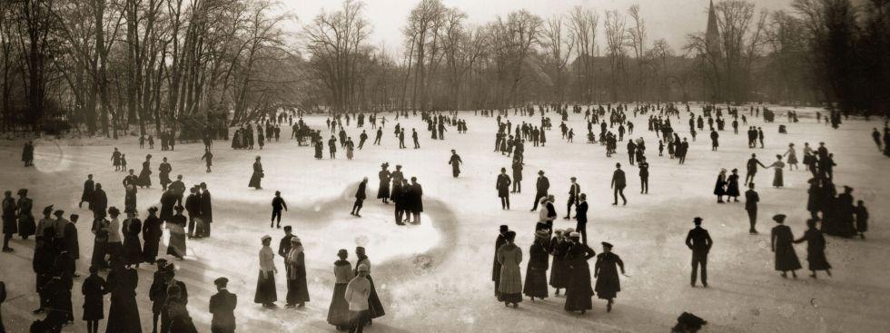 Schlittschuhläufer auf dem Kleinhesseloher See im Englischen Garten, Januar 1908., Foto: Georg Pettendorfer / © Stadtarchiv München / Courtesy Schirmer/Mosel www.schirmer-mosel.com