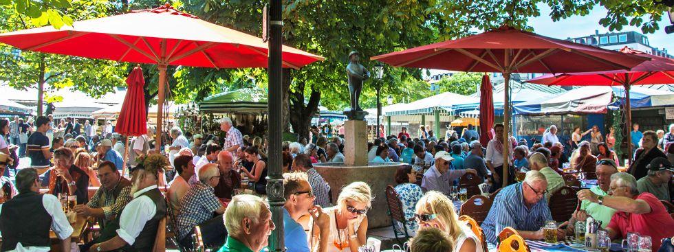 Der Biergarten am Viktualienmarkt im Sommer, Foto: muenchen.de/Michael Hofmann