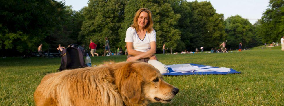 Frau mit Hund im Hischgarten, Foto: Katy Spichal (Symbolbild)