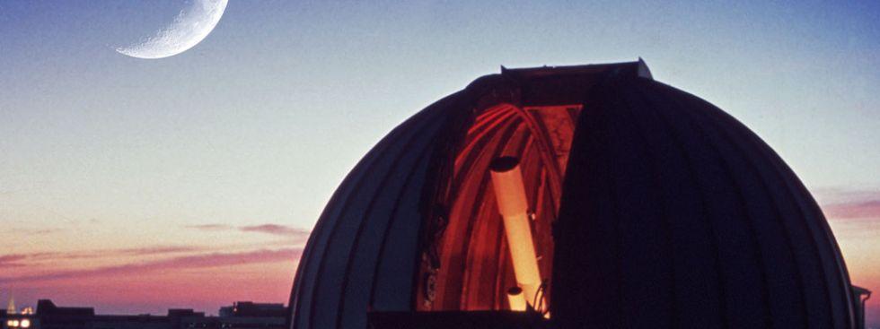 Volkssternwarte Kuppel mit Mond, Foto: Volkssternwarte