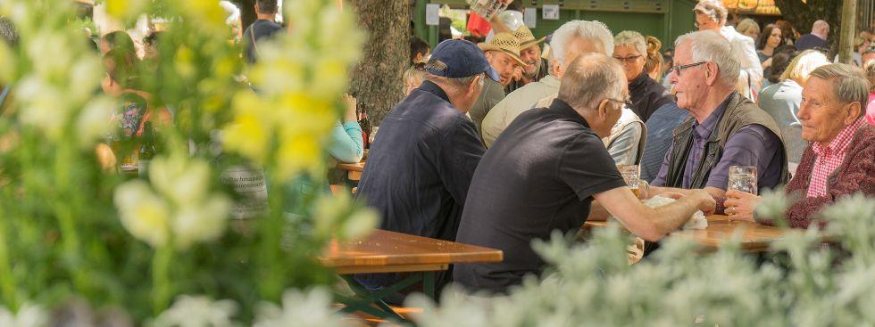 Besucher des Biergartens am Viktualienmarkt, Foto: muenchen.de/Lukas Fleischmann