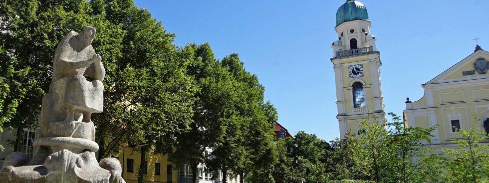 Der erneuerte Josephsplatz Sommer 2016: Überblick Kirche und Grünanlage, Foto: muenchen.de/Dan Vauelle
