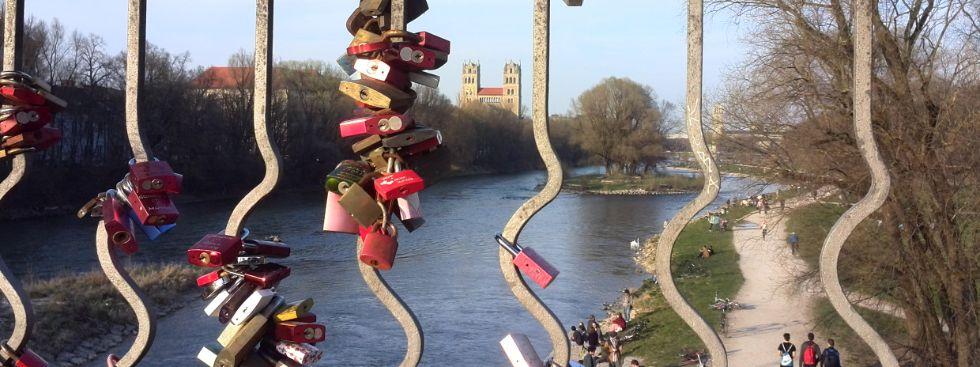 Wittelsbacher Brücke mit Liebesschlössern - Aussicht auf St. Maximilian, Foto: muenchen.de/Mark Read