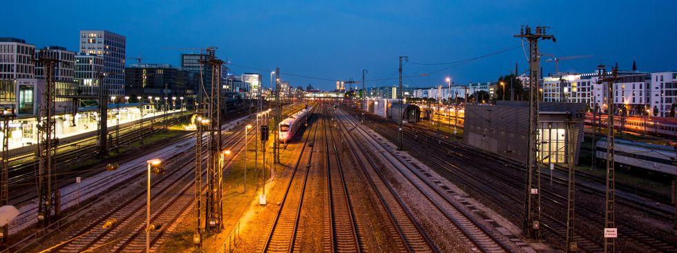 Donnersberger Brücke - Ausblick bei Nacht Richtung Hauptbahnhof, Foto: muenchen.de/Michael Hofmann