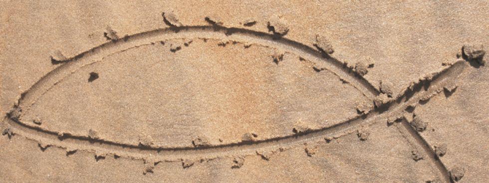 Jesusfisch in den Sandstrand gemalt