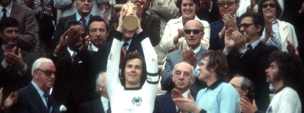 Franz Beckenbauer mit WM-Pokal 1974, Foto: IMAGO / Werner Schulze