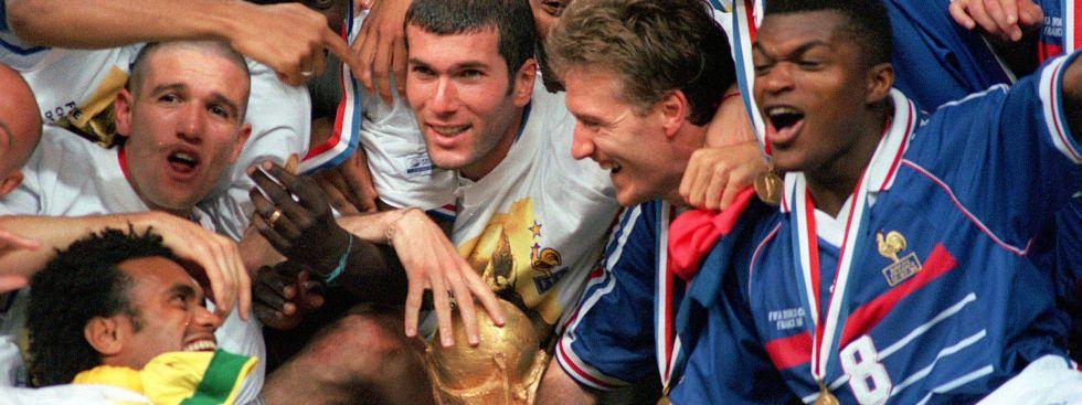 Frankreich feiert den WM-Titel 1998 mit Zinedine Zidane (Mitte) und Didier Deschamps (rechts daneben), Foto: imago images / Colorsports
