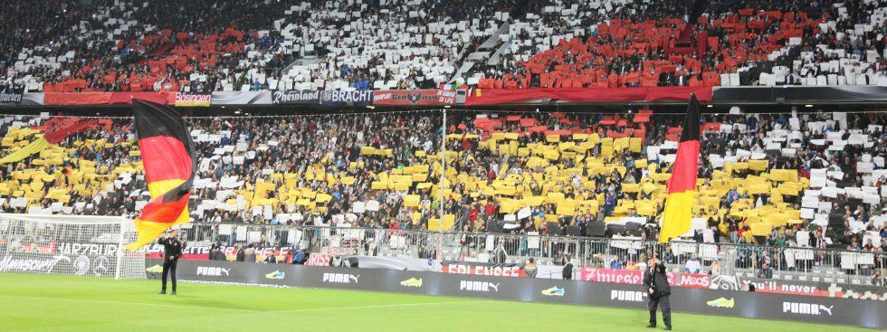Choreographie der deutschen Fans in München: Stimmungsvoll soll es zugehen bei den Spielen der UEFA EURO 2020 in der Fußball-Arena München., Foto: imago images / Schüler