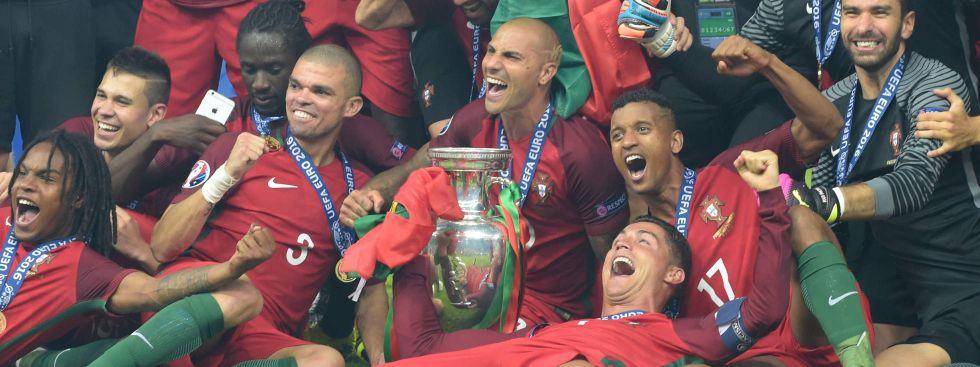 Die Titelverteidiger: Portugal mit Superstar Cristiano Ronaldo (vorne, liegend) gewann das EM-Finale 2014 gegen Frankreich. , Foto: imago images / Sven Simon