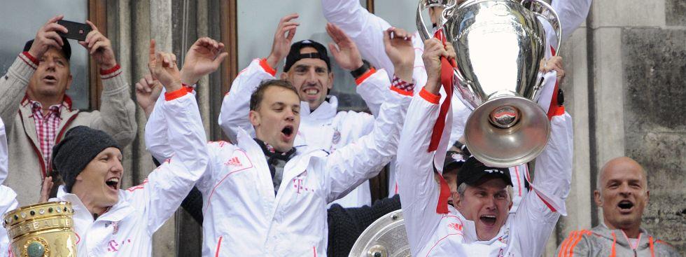 FC Bayern feiert das Triple 2013 auf dem Rathausbalkon, Foto: IMAGO / Sven Simon