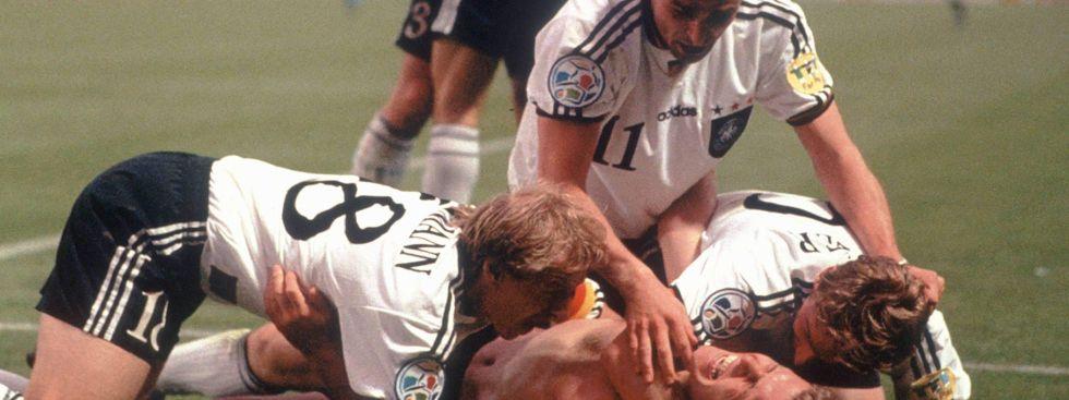 Oliver Bierhoff (am Boden) machte mit seinem 2:1 gegen Tschechien Deutschland im Finale von Wembley 1996 zum vorerst letzten Mal zum Europameister. , Foto: imago images / Kosecki