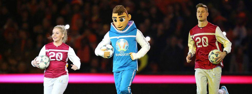 Skillzy sucht Begleitung: Das Maskottchen der UEFA EURO 2020 wird von zwei Freestylern begleitet., Foto: imago images / MIS