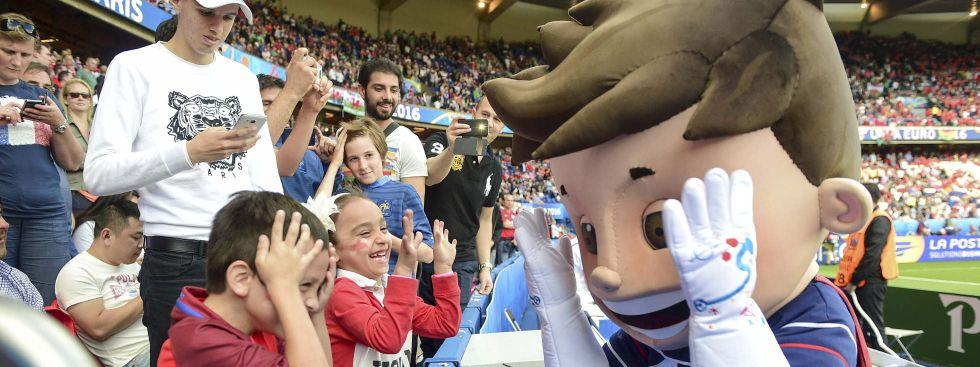 Die EM-Maskottchen, Lieblinge der Fans: Bei der EM 2016 war es Super Victor, der auch in den Stadien für Begeisterung sorgte., Foto: imago images / PanoramiC