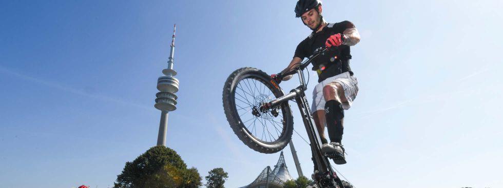 Ein Biker im Olympiapark, Foto: Referat für Bildung und Sport/Tobias Hase