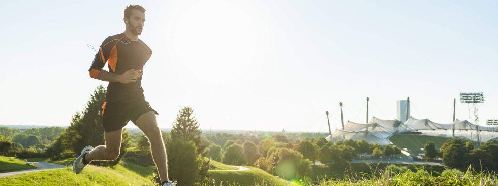 München ist auch die Stadt der Jogger – ob im Englischen Garten, an der Isar oder wie hier auf den Trails im Olyxmpiapark., Foto: imago images / Westend61