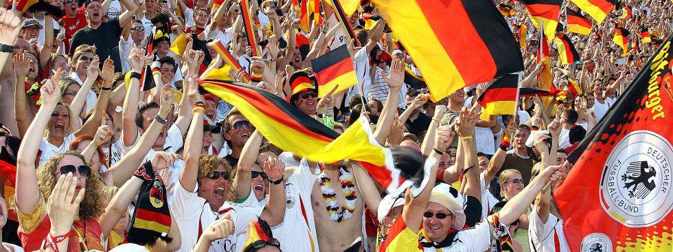 Ein Fahnenmeer der Begeisterung: Beim Fandest im Olympiapark wird es voll werden., Foto: imago images / Westermann