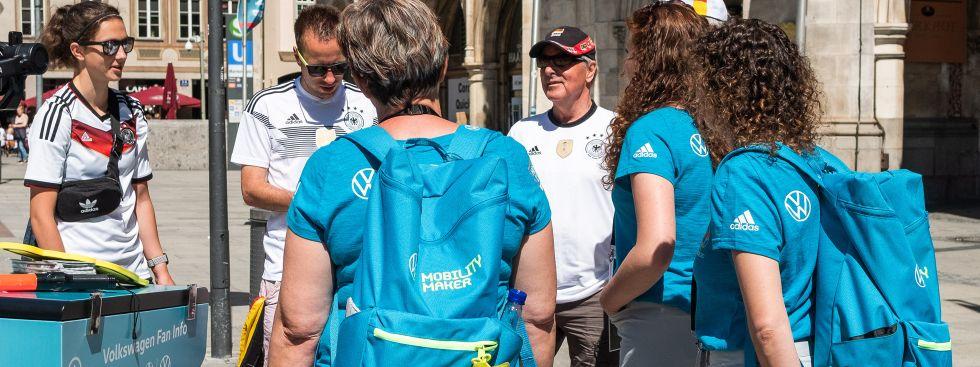 Die Volunteers der UEFA EURO 2020 sind Ansprechpartner*innen für alle Fans., Foto: Anette Göttlicher