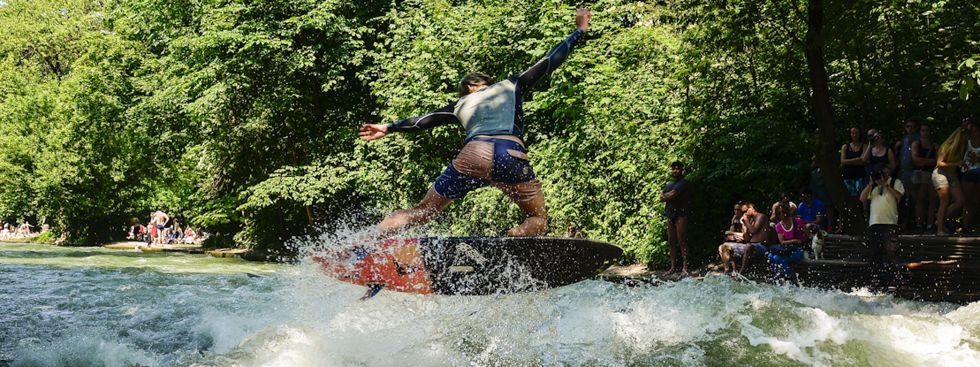 Surfer am Eisbach., Foto: Michi Reinhardt