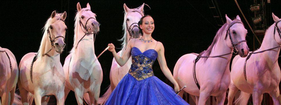 Jana Mandana mit weißen Hengsten, Foto: Circus Krone