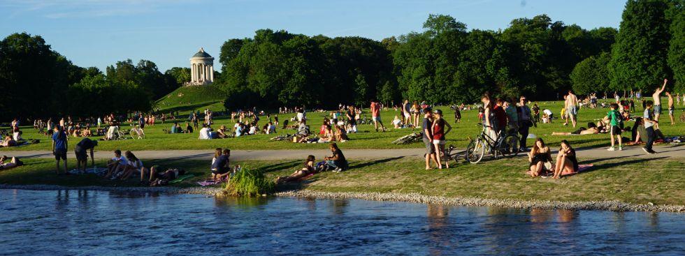 Leute entspannen am Eisbach im Englischen Garten, Foto: muenchen.de/ Vauelle