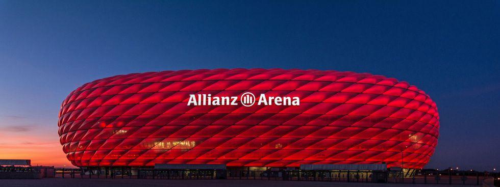 Rot leuchtende Allianz Arena am Abend , Foto: muenchen.de/Michael Hofmann