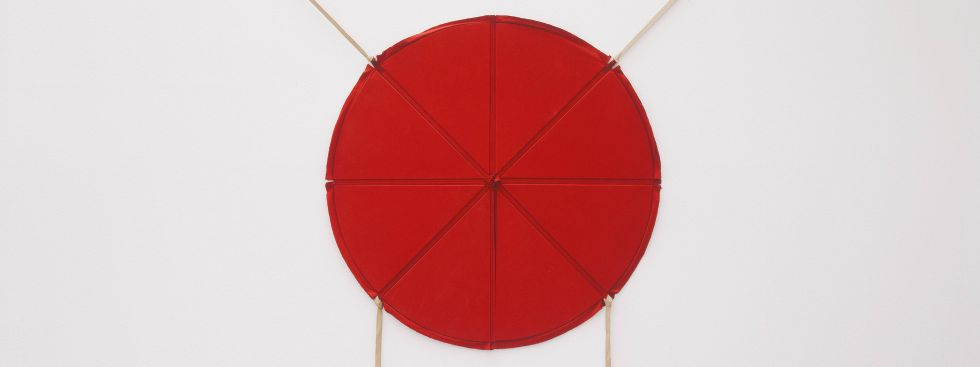 Franz Erhard Walther: Rote Scheibe mit vier Bändern, 1963, Foto: VG Bild-Kunst, Bonn 2020