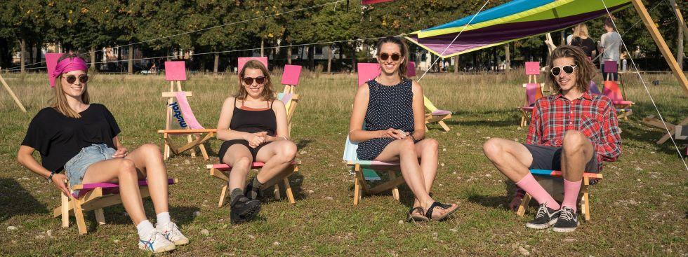 So schön sitzt es sich auf den Urban Chairs, Foto: muenchen.de/Ole Zimmer