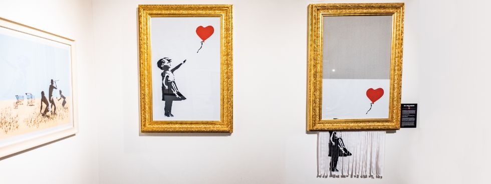 """""""Girl and Balloon"""" und """"Love is in the Bin"""" von Banksy, Foto: Anette Göttlicher"""