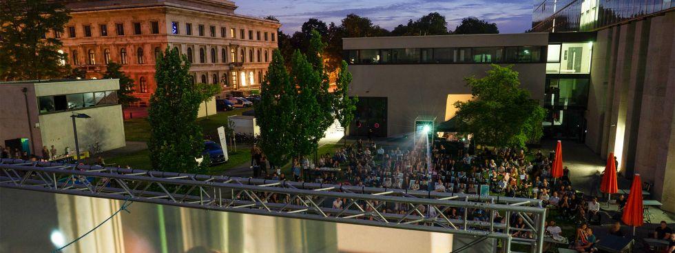 Open-Air-Kino im Innenhof der HFF, Foto: Benedikt Gess