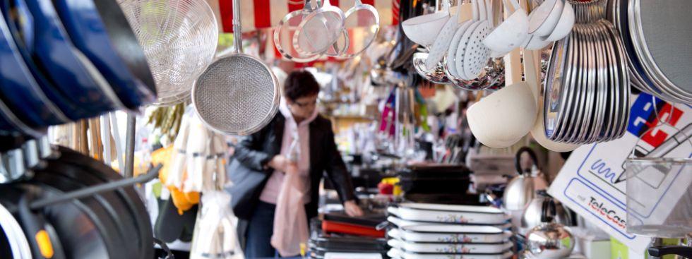Stand mit Küchenutensilien auf der Auer Dult - Maidult, Foto: Lukas Barth