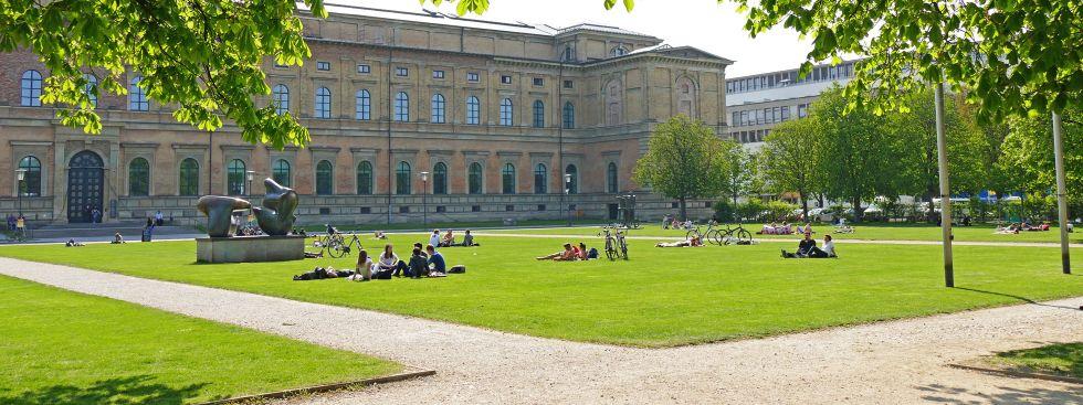 Die Alte Pinakothek bei sonnigem Wetter im Frühling, Foto: muenchen.de / Leonie Liebich