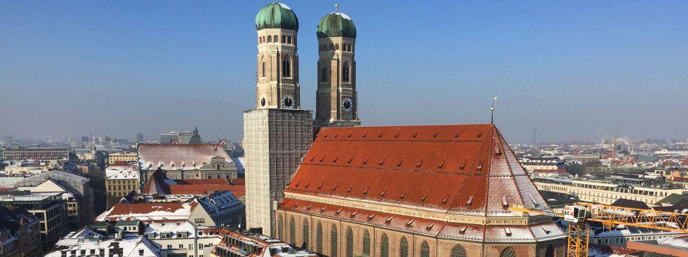 Die Frauenkirche vom Rathausturm aus gesehen im Winter, Foto: muenchen.de/Mark Read