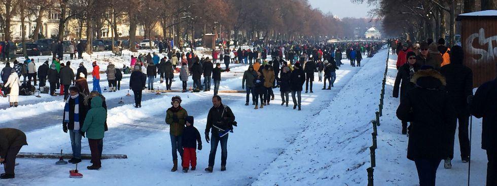 Eislaufen und Eisstockschießen auf dem Nymphenburger Schlosskanal, Foto: muenchen.de/Mark Read