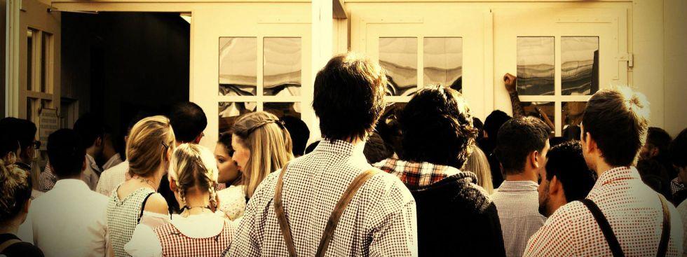 Besucher vor dem Wiesnzelt, Foto: Exithamster