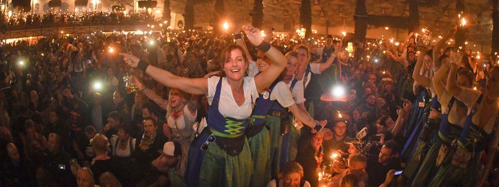 Bedienungen feiern zum Wiesn-Kehraus auf den Biertischen im Hofbräuzelt, Foto: dpa