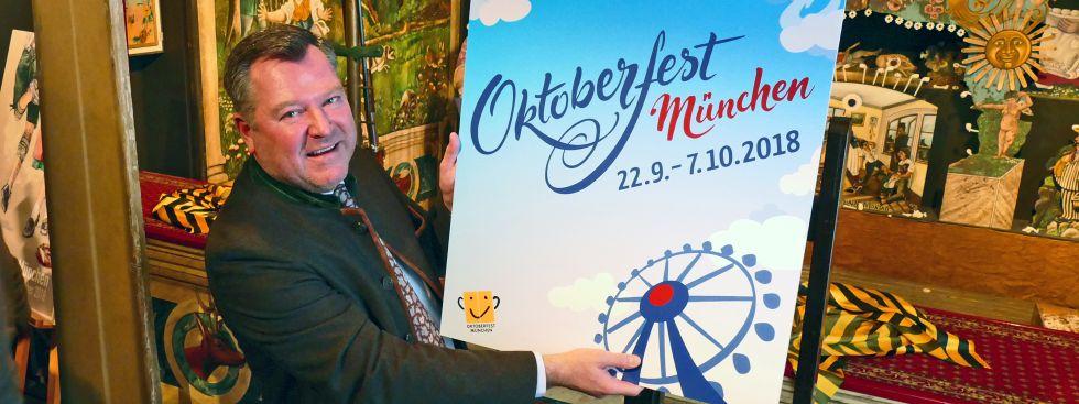 Bürgermeister Josef Schmid präsentiert den Gewinner beim Oktoberfest-Plakatwettbewerb, Foto: muenchen.de/Leonie Liebich