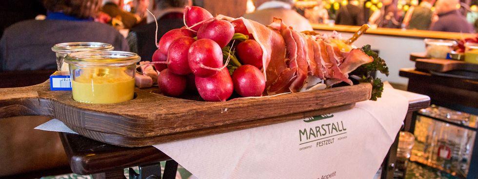 Brotzeitteller im Marstall Festzelt, Foto: muenchen.de / Monica Garduno Soto