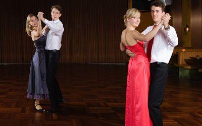 Zwei Pärchen tanzen